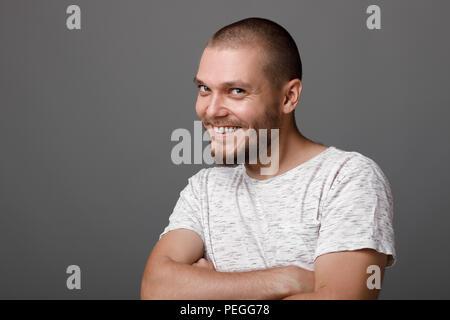 Il Ritratto di giovane uomo barbuto Foto Stock