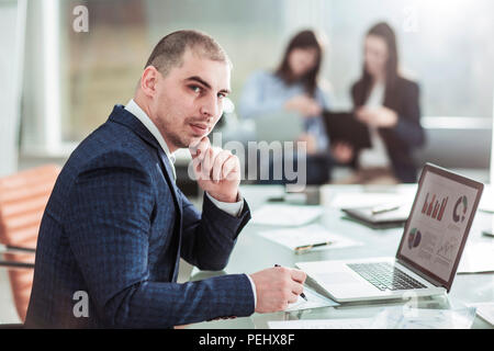 Senior Manager sul posto di lavoro sullo sfondo del team aziendale Foto Stock
