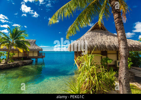 Over water bungalows e incredibile laguna verde, Moorea, Polinesia Francese Foto Stock