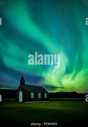 Budir Chiesa sotto l'Aurora Boreale e luci del nord sulla penisola Snaefellsnes, Islanda Foto Stock