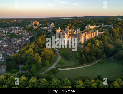 Drone immagine del Castello di Arundel nella luce dorata di un'alba d'estate Foto Stock