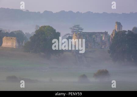 Misty dawn su vecchie Sherborne Castle - Sir Walter Raleigh's home, Sherborne, Dorset, Inghilterra Foto Stock