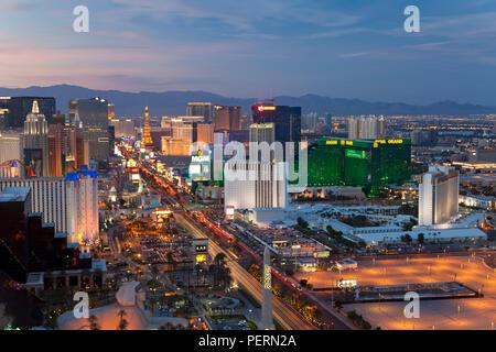 Stati Uniti d'America, Nevada, Las Vegas, elevati vista tramonto degli alberghi e dei casinò lungo la striscia Foto Stock