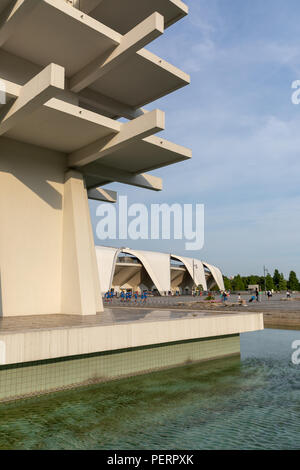 Torre di controllo (Yoshinobu Ashihara) e Komazawa Olympic Park Stadium (Murata Masachika architetti) costruito per le 1964 Olimpiadi di estate a Tokyo in Giappone