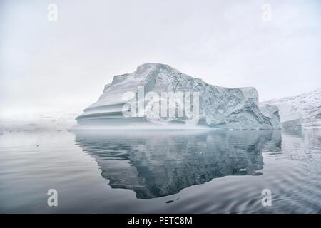Kangertittivaq, Groenlandia. Enormi iceberg in Rødefjord che è parte di Scoresby Sund. Der sogenannte Eisbergfriedhof. Foto Stock