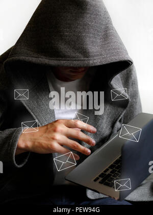 La posta spam e hacker holding laptop Foto Stock