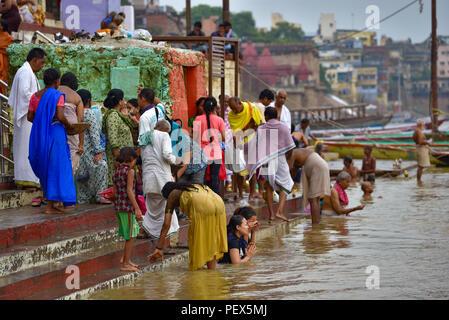 Indiano indù pellegrini la balneazione e pregando nel fiume Gange Foto Stock