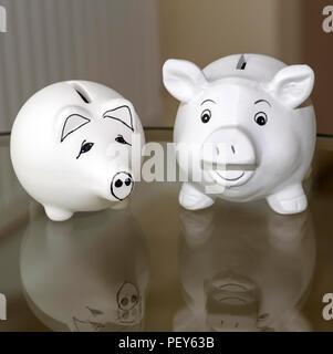 Salvadanaio di due banche utilizzate per risparmiare denaro. Foto Stock