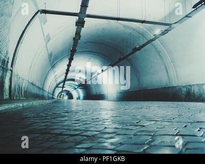 Autostrada tunnel. Interno della galleria urbana senza traffico in nught con luci blu. Roma, Italia Foto Stock