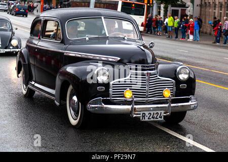 cfbe03728 Classic American car · CHEVROLET SPECIAL DELUXE, modello 1941, cinque  seggi, nero. Classic Cars sfilando attraverso