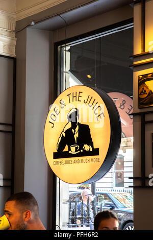 Joe e il logo del succo di frutta in uno dei loro negozi. Foto Stock