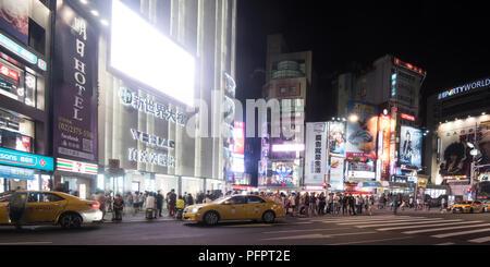 Ci sono un sacco di negozi e intrattenimenti di prestazioni sempre folle di persone chiamato Ximending Taipei Taiwan Foto Stock