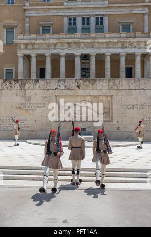 Atene, Grecia - 6 Giugno 2018: la cerimonia del Cambio della Guardia avviene nella parte anteriore della greca del Palazzo del Parlamento Foto Stock