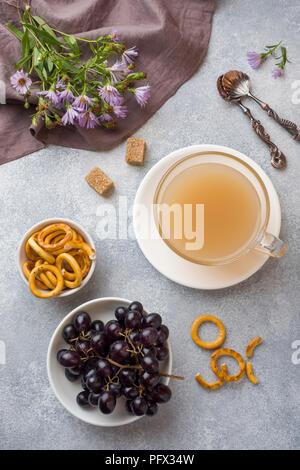 Tazza di caffè con latte e crackers sulla tabella grigia. concetto Prima colazione a casa accogliente. Foto Stock
