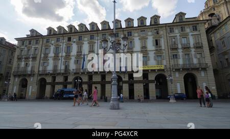 Agosto 2018: entrata della regione Piemonte Palace si trova a Piazza Castello. Sempre presente una pattuglia di polizia di Stato per la protezione. Nel tardo pomeriggio di un Foto Stock