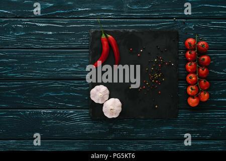 Vista superiore della verdura e peperoncino su pietra tagliere in legno verde il piano portapaziente Foto Stock