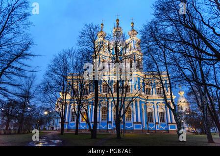 Cattedrale di Smolny durante la notte di San Pietroburgo. La Russia Foto Stock