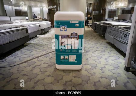 Un marchio Sealy materasso è crollato in una scatola di imballaggio sul display Macy's Herald Square a New York Martedì, Agosto 21, 2018. (© Richard B. Levine) Foto Stock