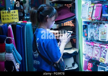 La sua destinazione popolare vendere custodia per telefono in ximending Taipei Taiwan Foto Stock