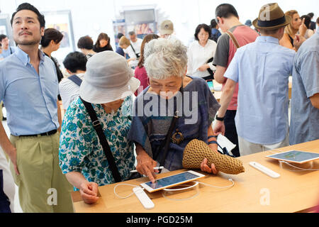 La gente del posto e i turisti esplorano il Protocollo di Kyoto in Apple Store sulla via dello shopping principale della città il 25 agosto, 2018 - Il negozio al primo giorno di business. Foto Stock