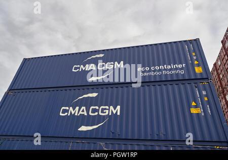 In prossimità di alcuni Blue CMA CGM spedizione Eco contenitori impilati fino a Den Haag (L'Aia) pronto per la spedizione da qualche parte. I Paesi Bassi. Foto Stock