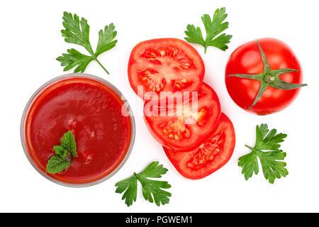Il succo di pomodoro in vetro e pomodori con foglie di prezzemolo isolati su sfondo bianco. Vista dall'alto. Lay piatto