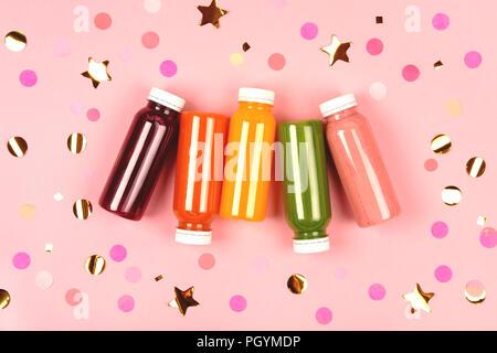 Bottiglie di frullati multicolore Foto Stock