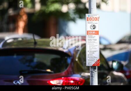 Mosca, Russia. Il 29 agosto, 2018. Mosca, Russia - 29 agosto 2018: un parcheggio a pagamento segno in una strada di Mosca. Alexander Shcherbak/TASS Credito: ITAR-TASS News Agency/Alamy Live News Foto Stock