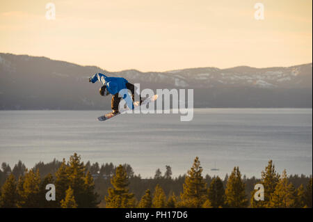 Big Air snowboard concorrenza a valle Heavenly Ski Resort in South Lake Tahoe, California, America del Nord Foto Stock