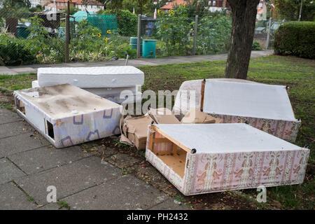 Letti e Materassi oggetto di pratiche di dumping su un angolo di strada nel nord di Londra Foto Stock