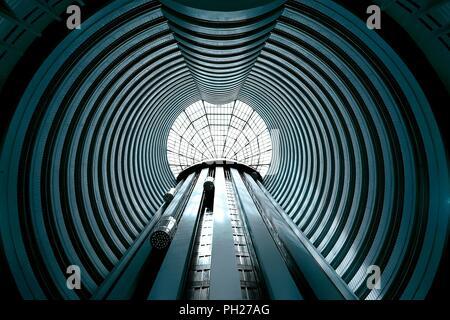 Singapore - 10 Aprile 2018: vista prospettica dell'atrio alto e ascensore albero presso Holiday Inn Singapore Foto Stock