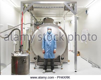 Uomo in maschera facciale mediante gas barattolo a Paranal Observatory Foto Stock