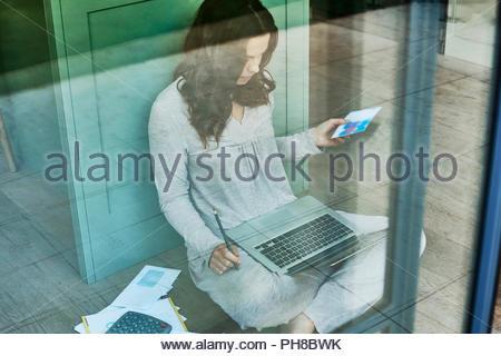 Metà donna adulta che lavora da casa. Foto Stock