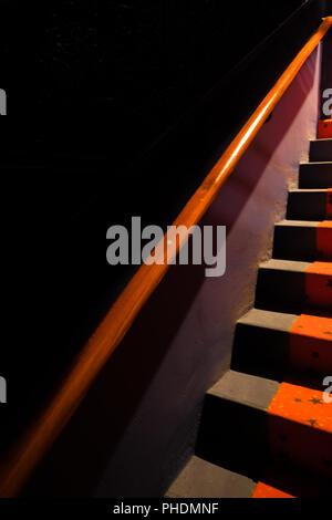 Scale con ringhiera rossa Foto Stock