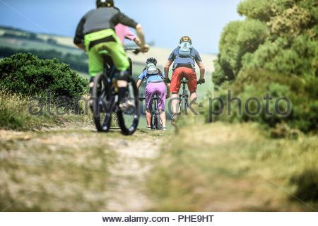 Gli amici della mountain bike in Porlock Weir, Inghilterra Foto Stock