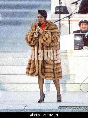 Intrattenitore Aretha Franklin si esibisce in concerto presso il Lincoln Memorial che era parte del 'American Reunion' celebrazione che conduce fino alla prestazione di giuramento alla cerimonia di Bill Clinton come il quarantaduesimo Presidente degli Stati Uniti in Washington, DC il 17 gennaio, 1993. Credito: Howard L. Sachs/CNP | Utilizzo di tutto il mondo Foto Stock