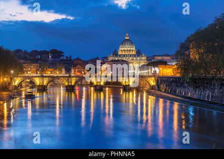 Roma di notte, Italia. La cattedrale di San Pietro con ponte in Vaticano, Roma, Italia. Foto Stock