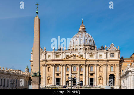 Vista frontale della Basilica di San Pietro dalla Piazza di San Pietro in Vaticano Città del Vaticano. Foto Stock
