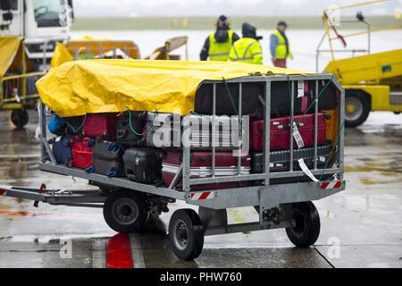 Aeroporto di bagagli con un carrello Foto Stock