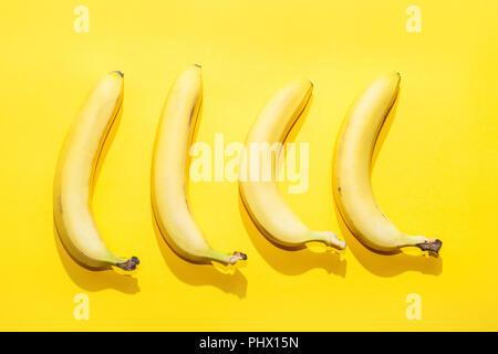 Banane su giallo pastello. sfondo minima idea food concept Foto Stock