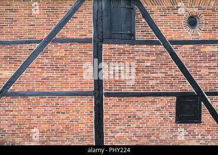 Muro di mattoni della casa in legno e muratura con travi di legno