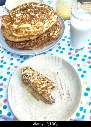 Mirtillo pancake prima colazione con latte