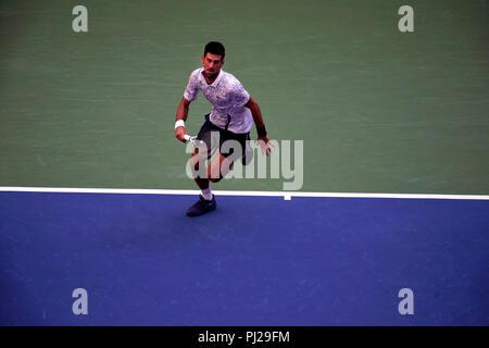 Flushing Meadows, New York - 3 Settembre 2018: US Open Tennis: Numero 6 seed Novak Djokovic in azione contro Joao Sousa del Portogallo durante il loro quarto round corrisponde a US Open a Flushing Meadows, New York. Djokovic ha vinto in retta fissa. Credito: Adam Stoltman/Alamy Live News