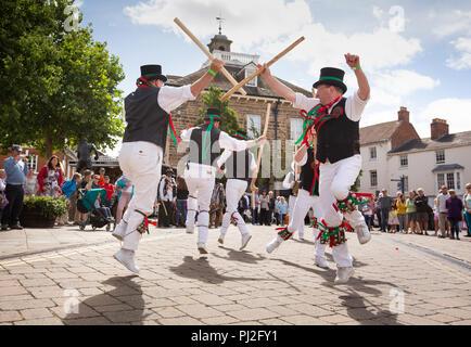 Il Warwick Folk Festival. La Oyster Morris team da Canterbury danza nel centro della citta'. Foto Stock
