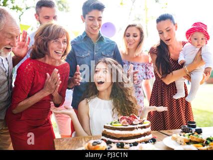 Festa in famiglia o un party in giardino al di fuori nel cortile. Foto Stock