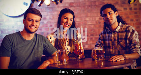 Ritratto di giovani amici avente cocktail di benvenuto Foto Stock