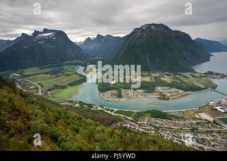 Città Andalsnes e Rauma fiume dalla Rampestreken Foto Stock