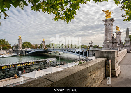 Vista guardando attraverso gli ornati Alexander III ponte verso il Grand Palais di Parigi in Francia il 26 agosto 2018 Foto Stock