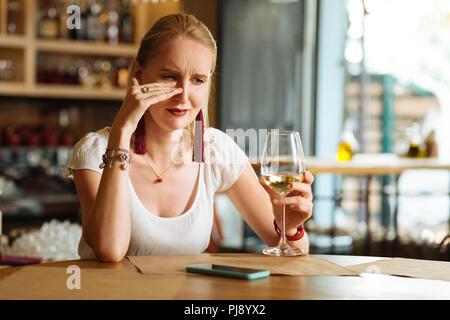 Triste cupa donna che piange nel ristorante Foto Stock