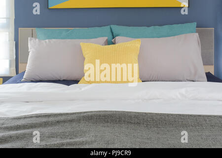 Camere Da Letto Turchese : Il turchese dei cuscini e piumoni sul letto con un pallido giallo